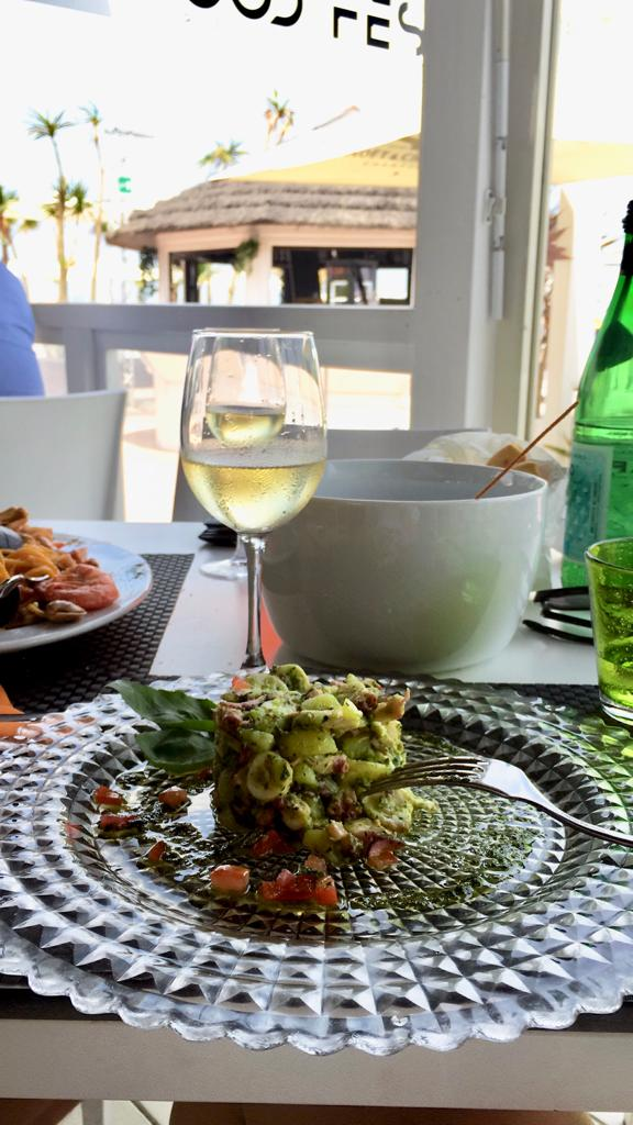 A glass of White Wine and a dish of pasta: the perfect pairing for a typical Italian Lunch! - Try our Lugana DOC.You can find it on our e-commerce at www.onepio.shop !