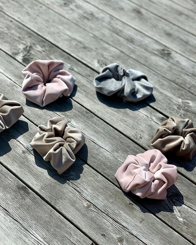 Our scrunchies is a great gift to someone or to yourself as a treat.  Dusty Rose, Ashy Grey & Beautiful Beige (soon back in stock). Treat yourself this weekend by visiting our webshop, link in bio. ✨✨✨