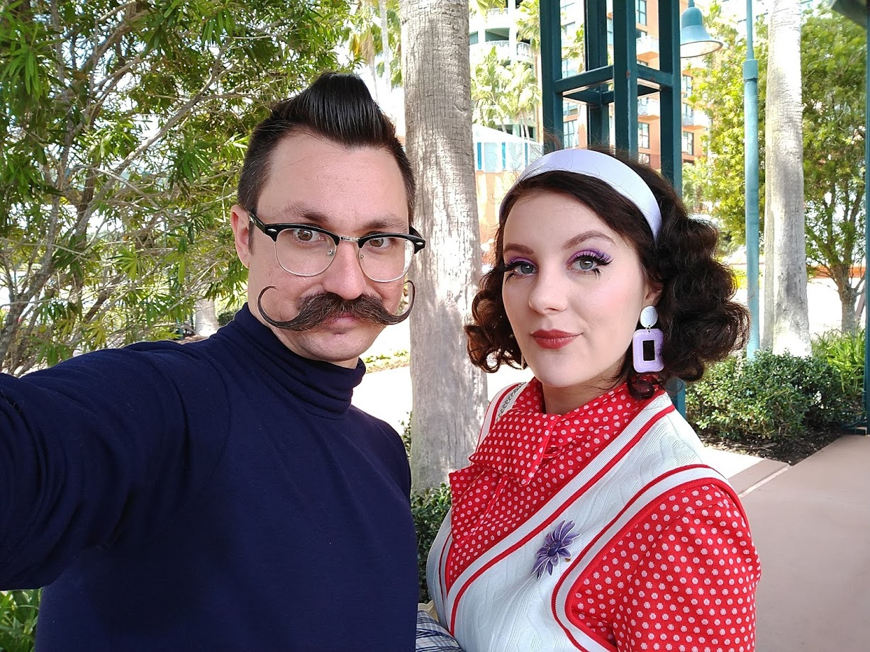 A little selfie before we rolled into the parks! We used every oppurtunuty we could to sneak into the shade! Polyester is not the most Florida-friendly fabric. But what can you do? 🤣