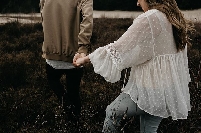 Hoe mooi is deze outfit combinatie?  Ik houd ervan wanneer bruidsparen hun best doen en tegelijkertijd lekker zichzelf zijn.  Oh ik kan niet ophouden over deze kleuren.  Als ik mn leven een kleuren palette zou geven, dan zouden het deze kleuren zijn haha.