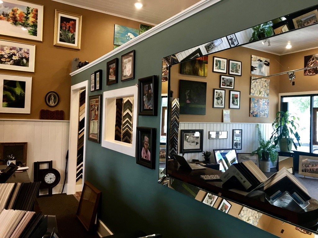 The ever changing collection of artwork between artists on display, and work being framed in the frameshop, provides customers with ideas, inspiration, and motivation to make sure their work is well preserved… or even better… to support local artists in decorating their homes or offices!