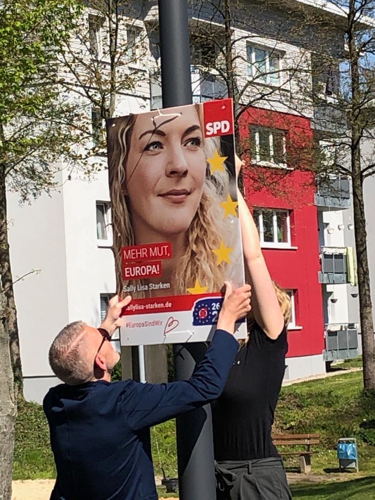 Plakate werden in Bielefeld aufgehängt