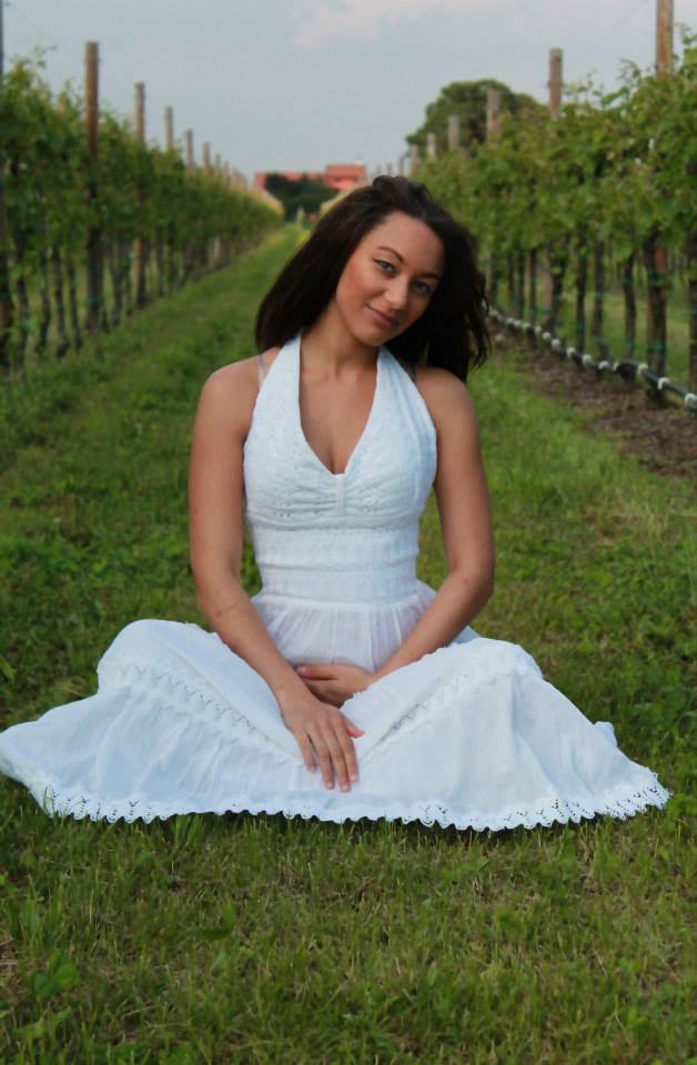 raven in a winery for maternity photos in roveredo, Italy