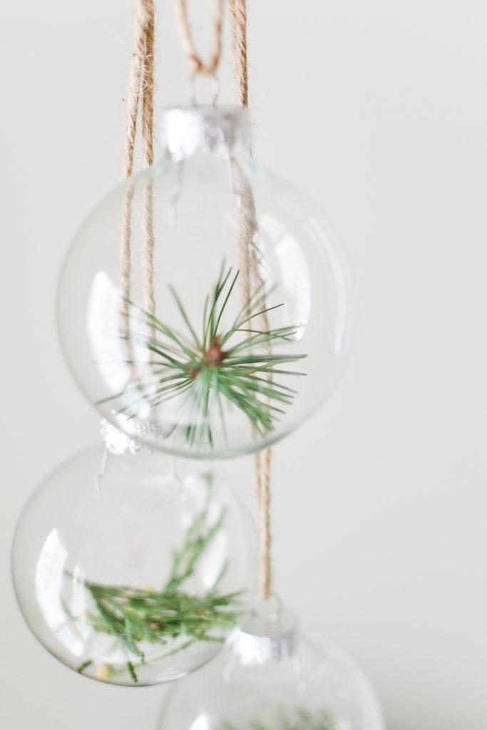Minimalist Christmas Decor Using Extra Greenery - Noodoso