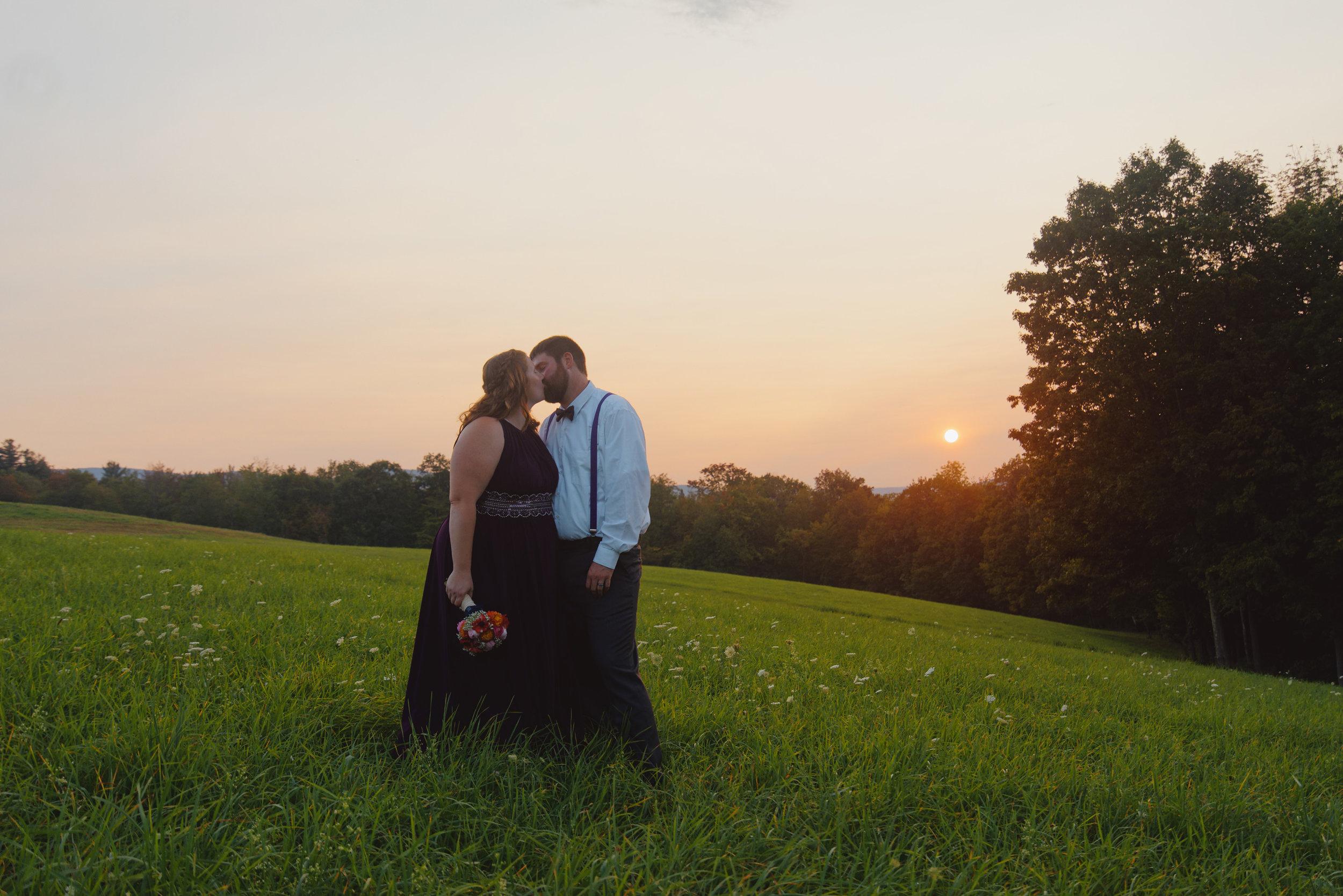 Jenn&Corby_Field_Sunset_Kiss.jpg