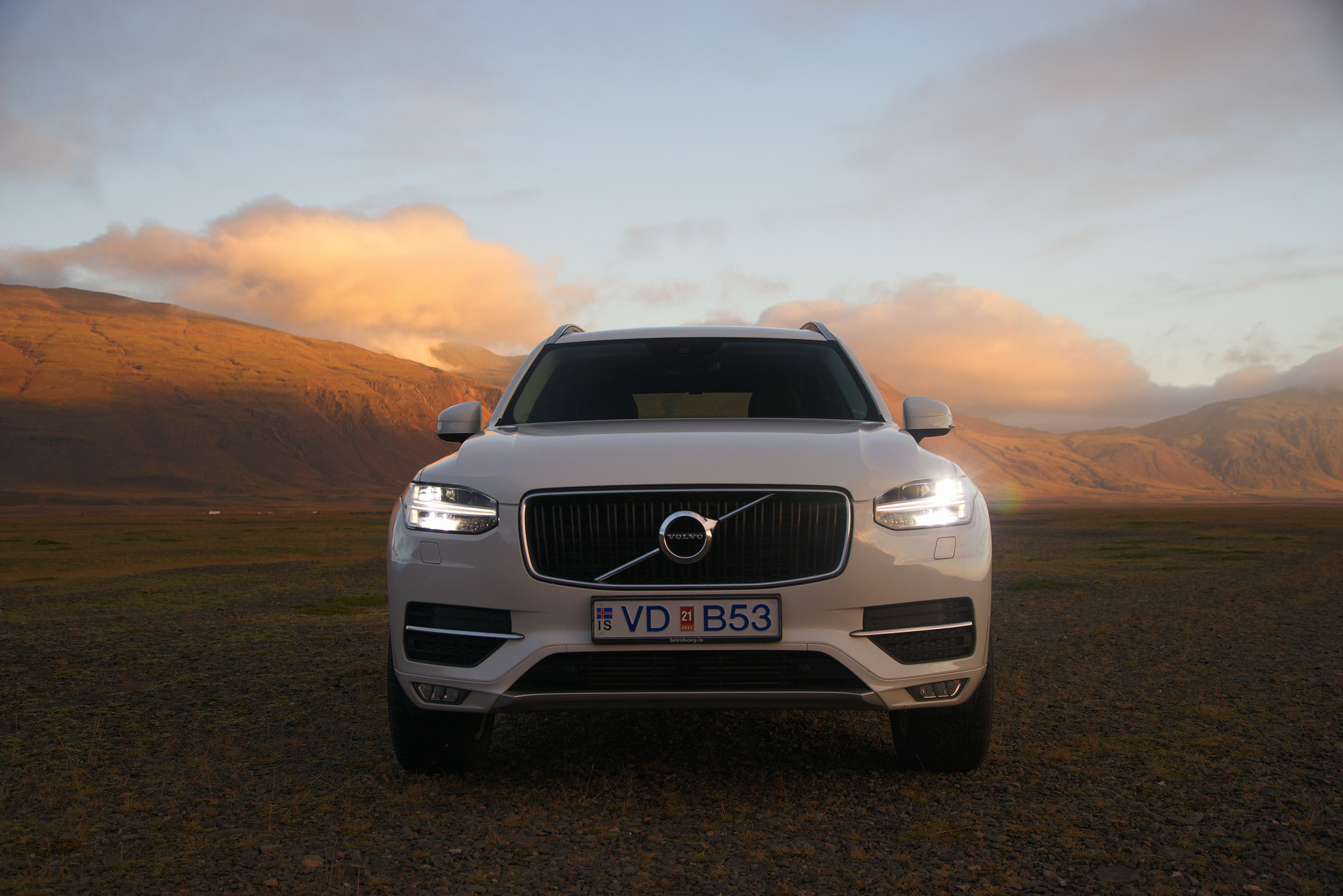 Volvo_XC90_Iceland_Sunset&Mountains.jpg
