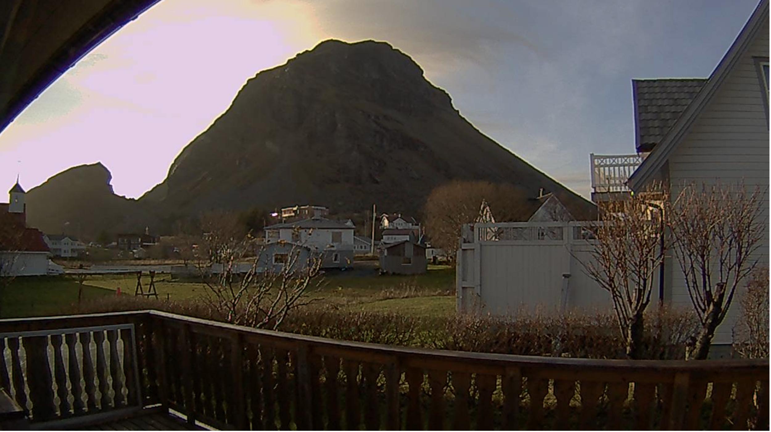 Dette web-kamera viser her  en dag i november 2018 på naboøya Lovund.