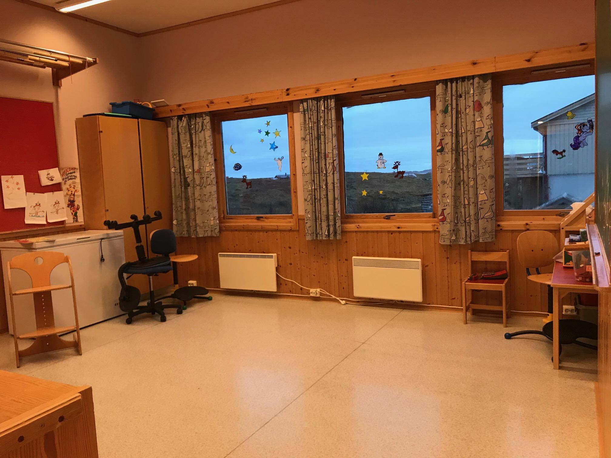 Det minste klasserommet er på 20 kvm. Her er det også en bred stålvask med varmt- og kaldtvann.