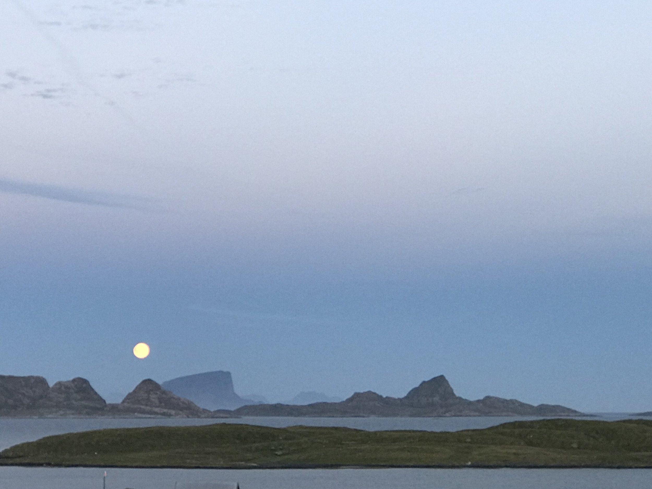 Et evig landskap. Fullmånen stiger i sørøst.