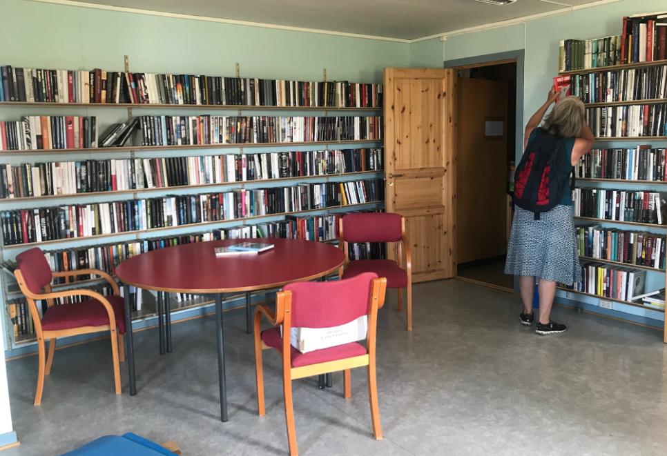 Foto: Dette er bare en mindre del av alle bøkene du kan låne. Vi fant mange litterære perler i hyllene.