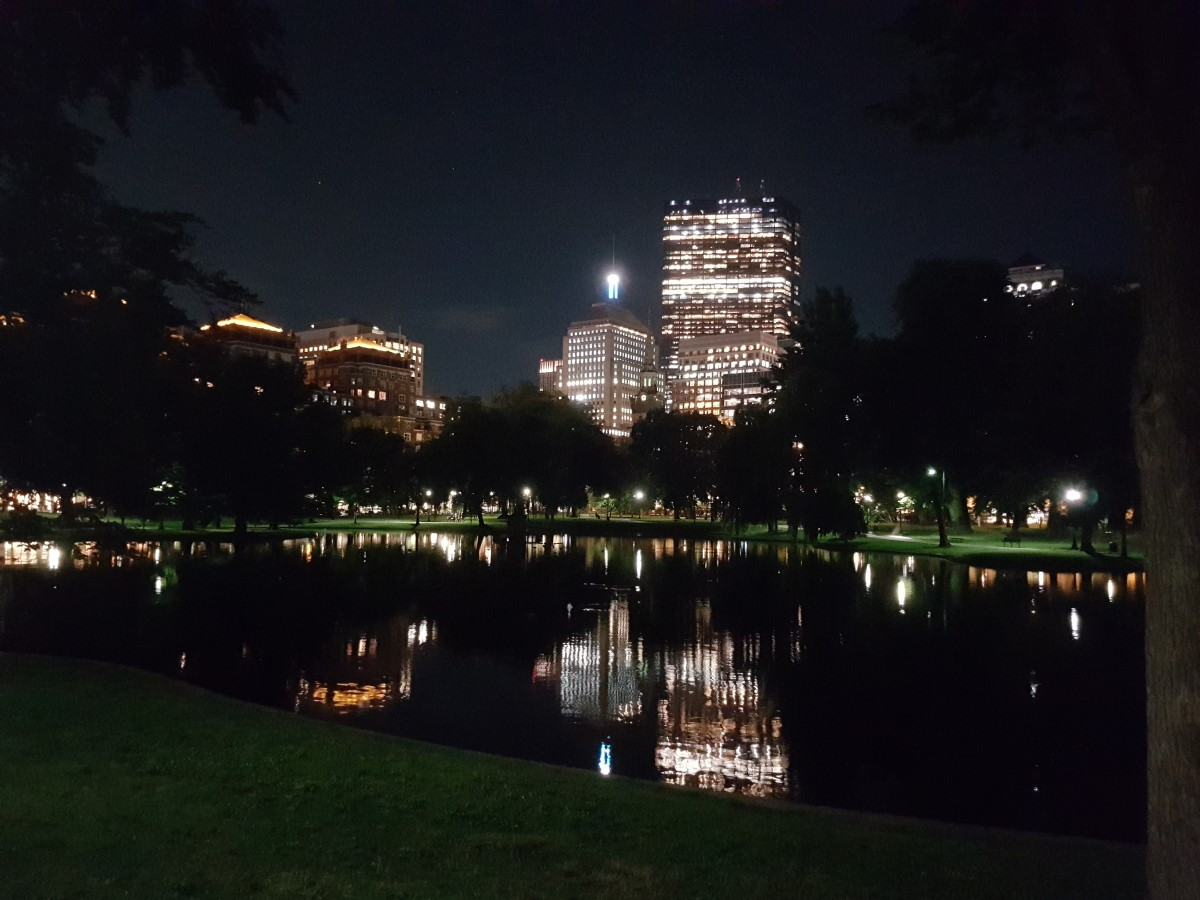 AIRecht.nl vision on Artificial Intelligence. Building meaningful Transatlantic relationships. Photo: Beautiful and well maintained Boston Common and Public Garden at night.