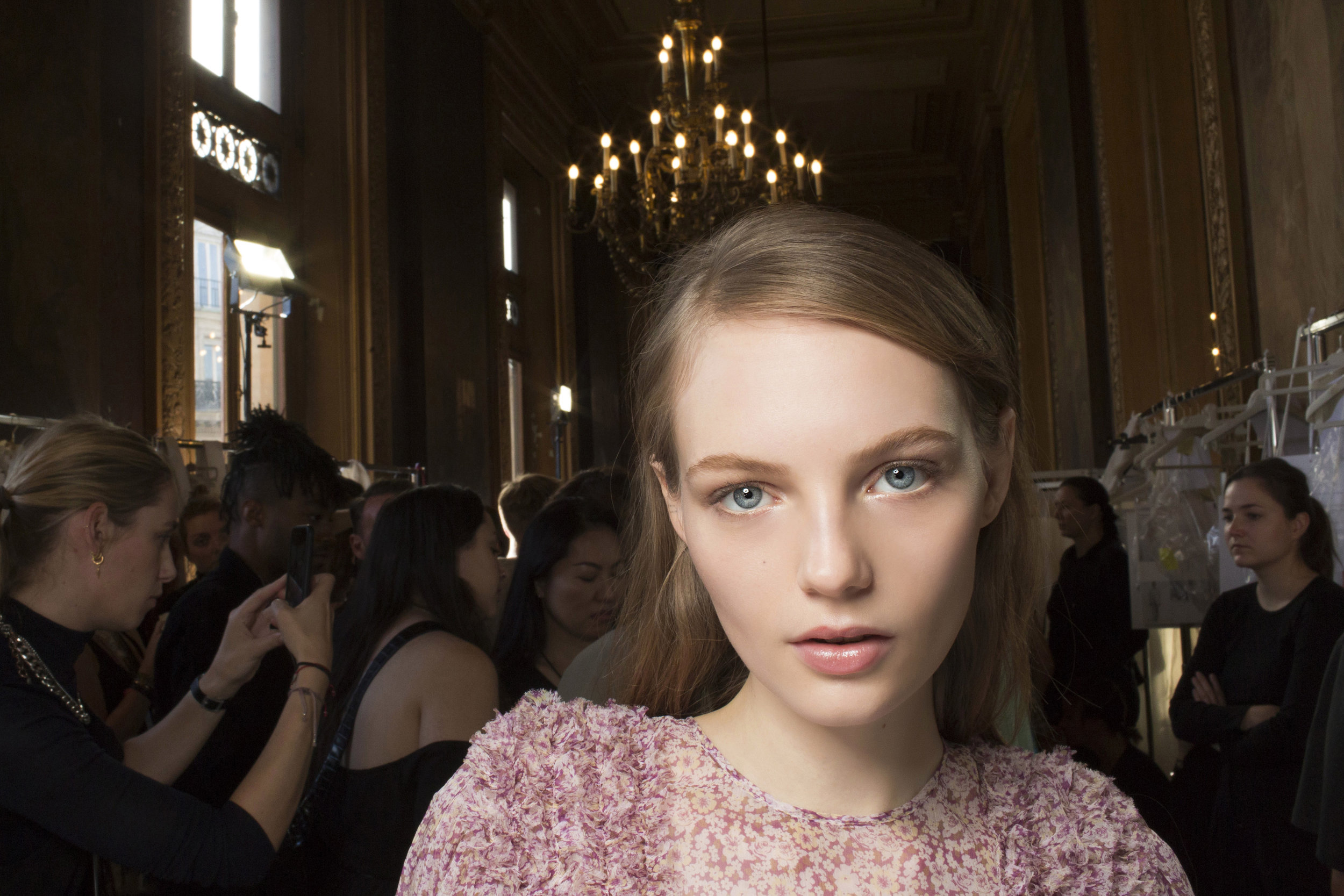STELLA MCCARTNEY   Toni neutri e pelle luminosa. Look creato da Pat McGrath.