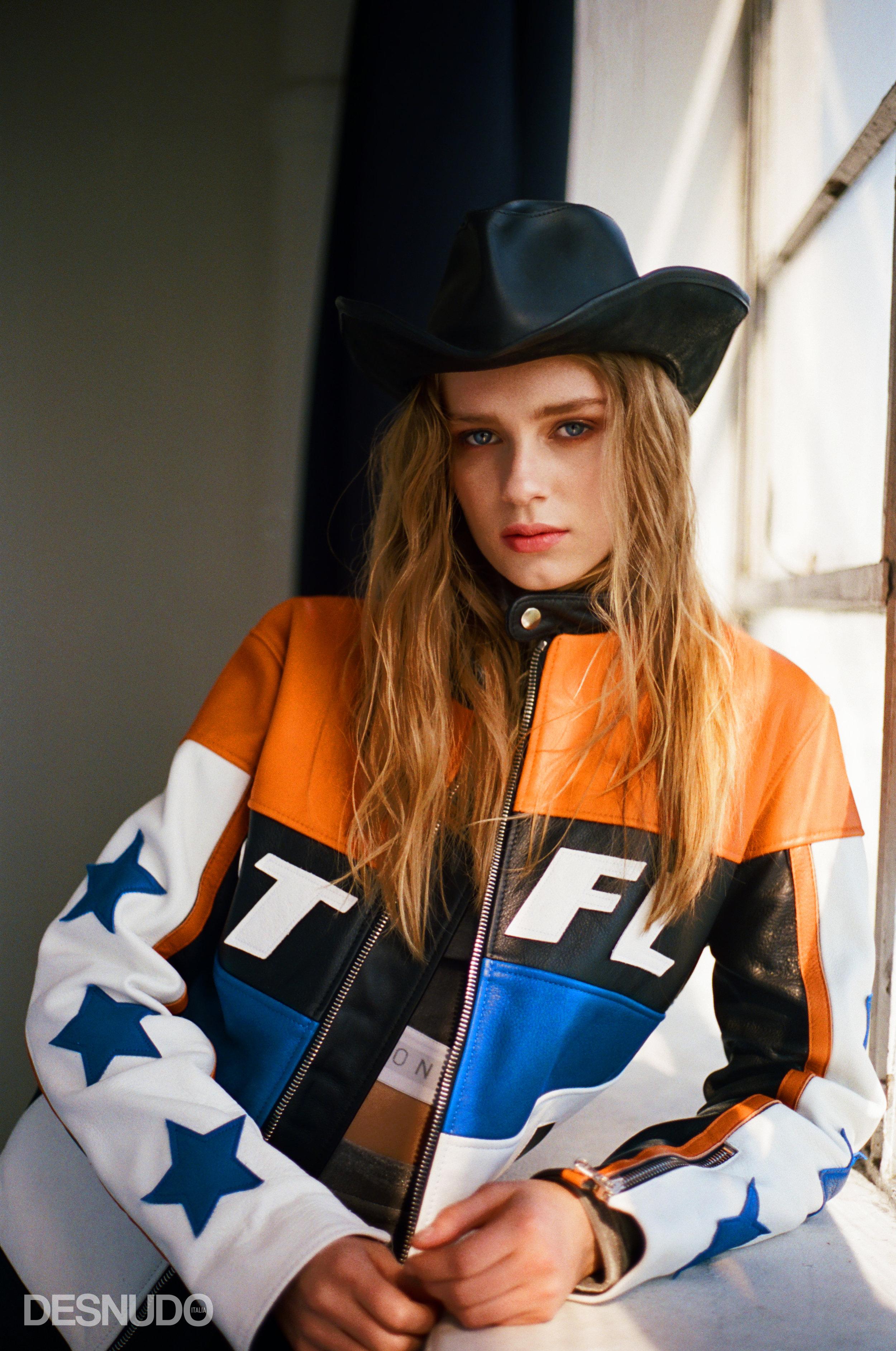 top ginnico e legging corti  MARCELL VON BERLIN , giacca in pelle da motociclista  BEAUTIFUL FÜL , cappello da cowboy in pelle  VINTAGE