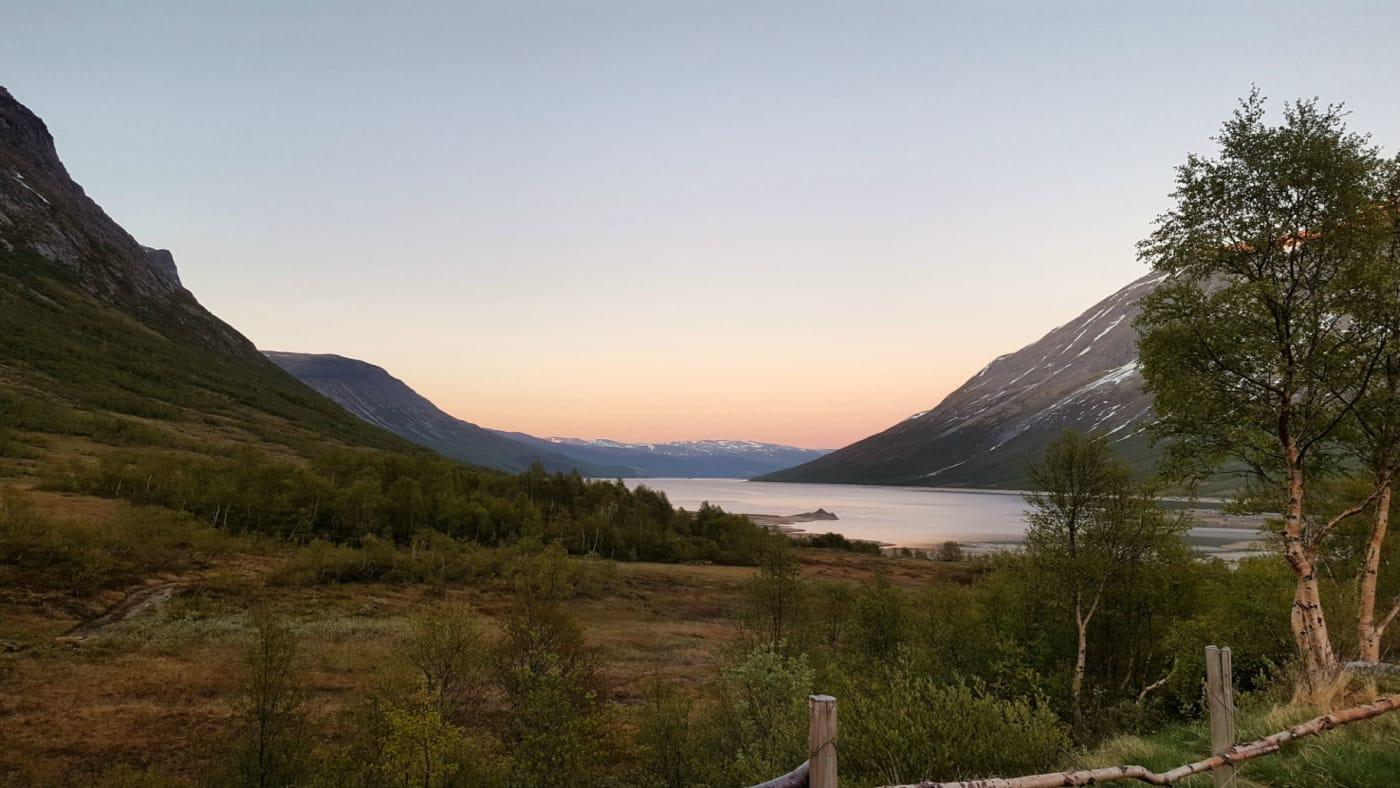 Vakker utsikt framover Gjevilvatnet.  Foto: Oddveig Torve