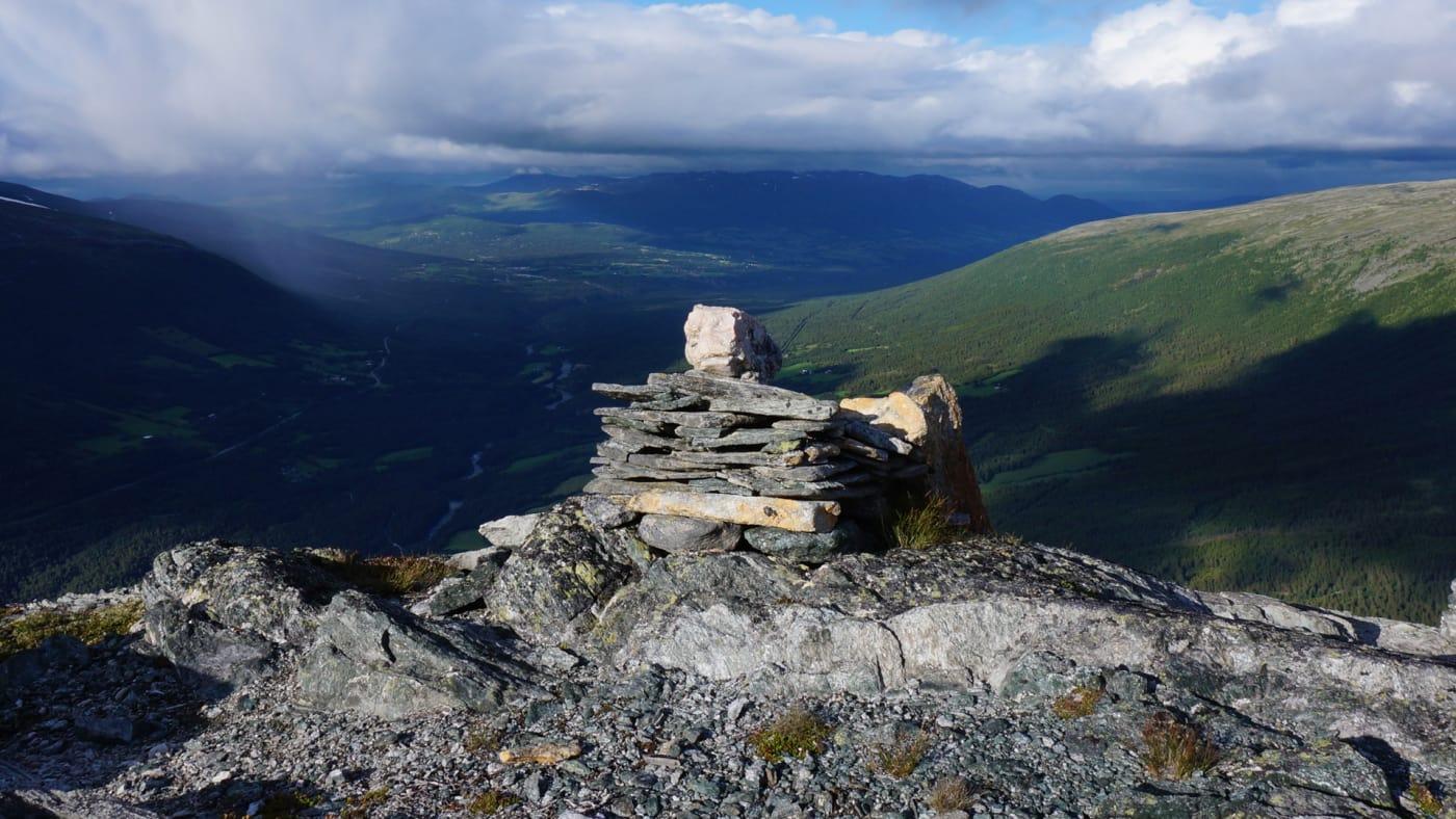 Med en bratt tur opp venter en unik utsikt på toppen. Foto: Oddveig Torve