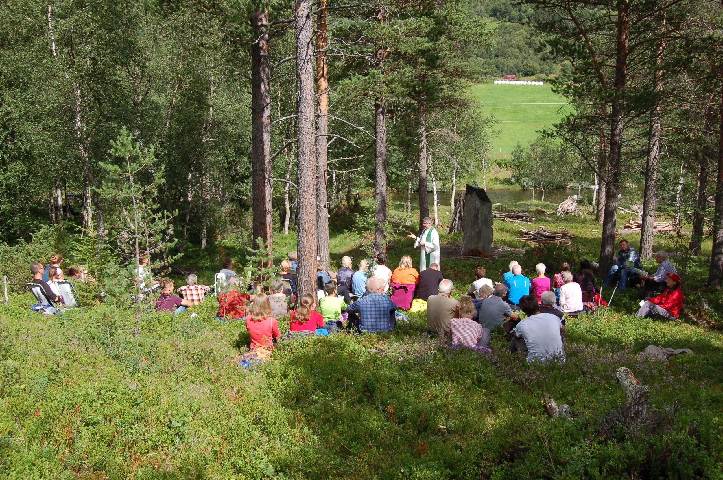 Friluftgudstjeneste ved minnesteinen etter middelalderkirka ved Vindøla i 2017 - Foto: Ivar Horvli