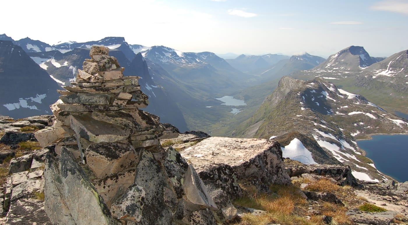 Varden på toppen med Innerdalen i bakgrunnen.  Foto: Oddveig Torve