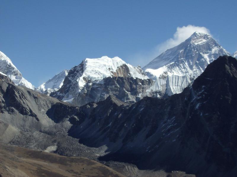 Trekking Everets - En este viaje nos adentraremos en un mundo de montañas, aldeas y gompas budistas en un marco de naturaleza inigualable y con unas vistas impresionantes. En un país maravilloso, con gente encantadora que vive por encima de los 4.000m. Porteadores de nacimiento, la raza serpa es una de las más fuertes y mejor adaptada a la altura. Se completará el trek con una vista perfecta del Everest y alrededores.