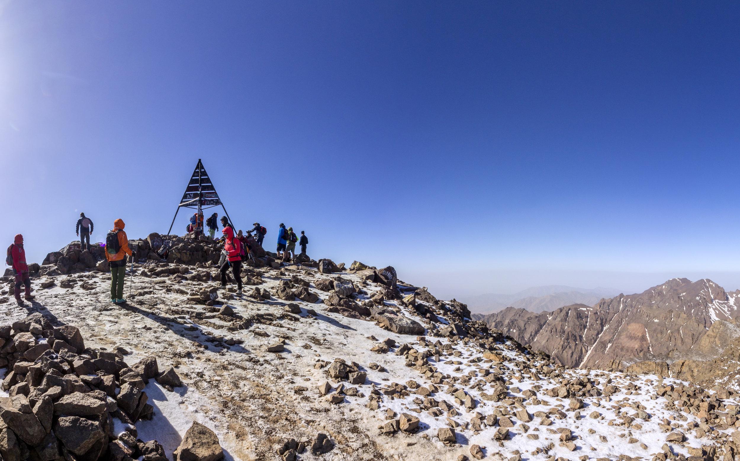 Expedición Toubkal 4.165 m. - Su cima más alta es el Jbel Toubkal, situado a dos horas de Marrakech. Es una montaña sin grandes dificultades técnicas, no obstante, su ascensión presenta un interés montañero importante y su altura (4.165 metros) le dan un especial atractivo, introduciéndonos en el mundo de las montañas de cuatro mil metros.