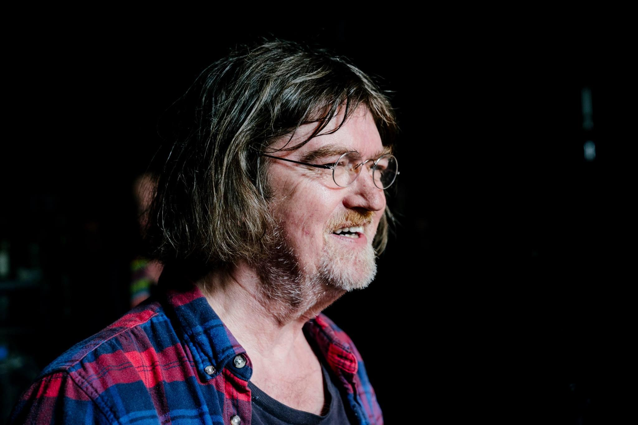 """Johnny Madsen - Johnny Madsen er født den 31. marts 1951 i Thyborøn. Han startede sin musikalske karriere i lokale bands i Thyborøn/Lemvig-området. Midt i 70′erne var han medlem af spillemandsgruppen Rumlekvadrillen, som udsendte tre albums, der i dag betragtes som samlerobjekter. Siden var han med i bluegrass-ensemblet La Porta Band, der udgav en plade i 1981. Madsens sange på denne plade resulterede i, at han blev opfordret til at gå solo, og han debuterede under eget navn i 1982. Siden da er det udelukkende gået fremad for Madsen, og i dag er han blandt de store etablerede navne – ikke mindst på live-scenen. Johnny Madsen har også udgivet sammen med Peter Belli, Nanna og Billy Cross under navnet Hobo Ekspressen, hvor de i 1989 fik et stort hit med """"En at bli' som."""" Madsen er endvidere også en respekteret kunstmaler."""