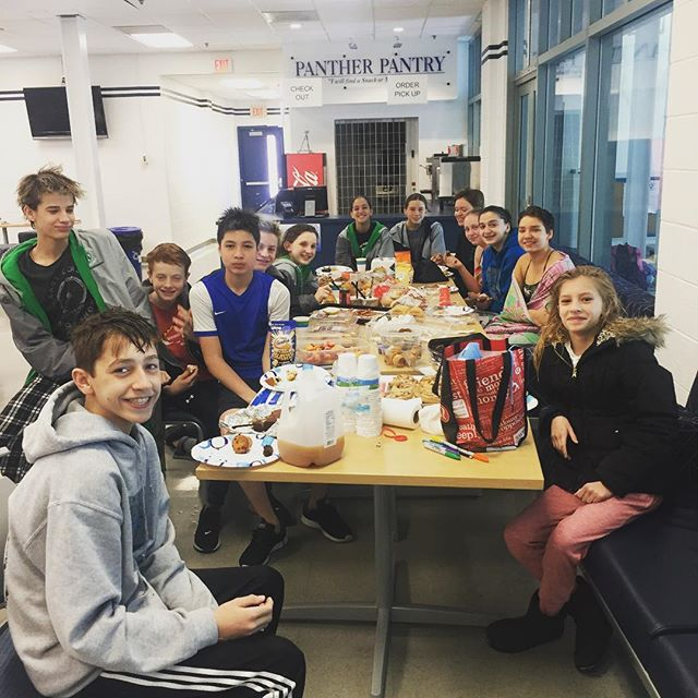 One of our Select groups having breakfast together after a hard morning practice with Coach Malena💪😅🏊♂️