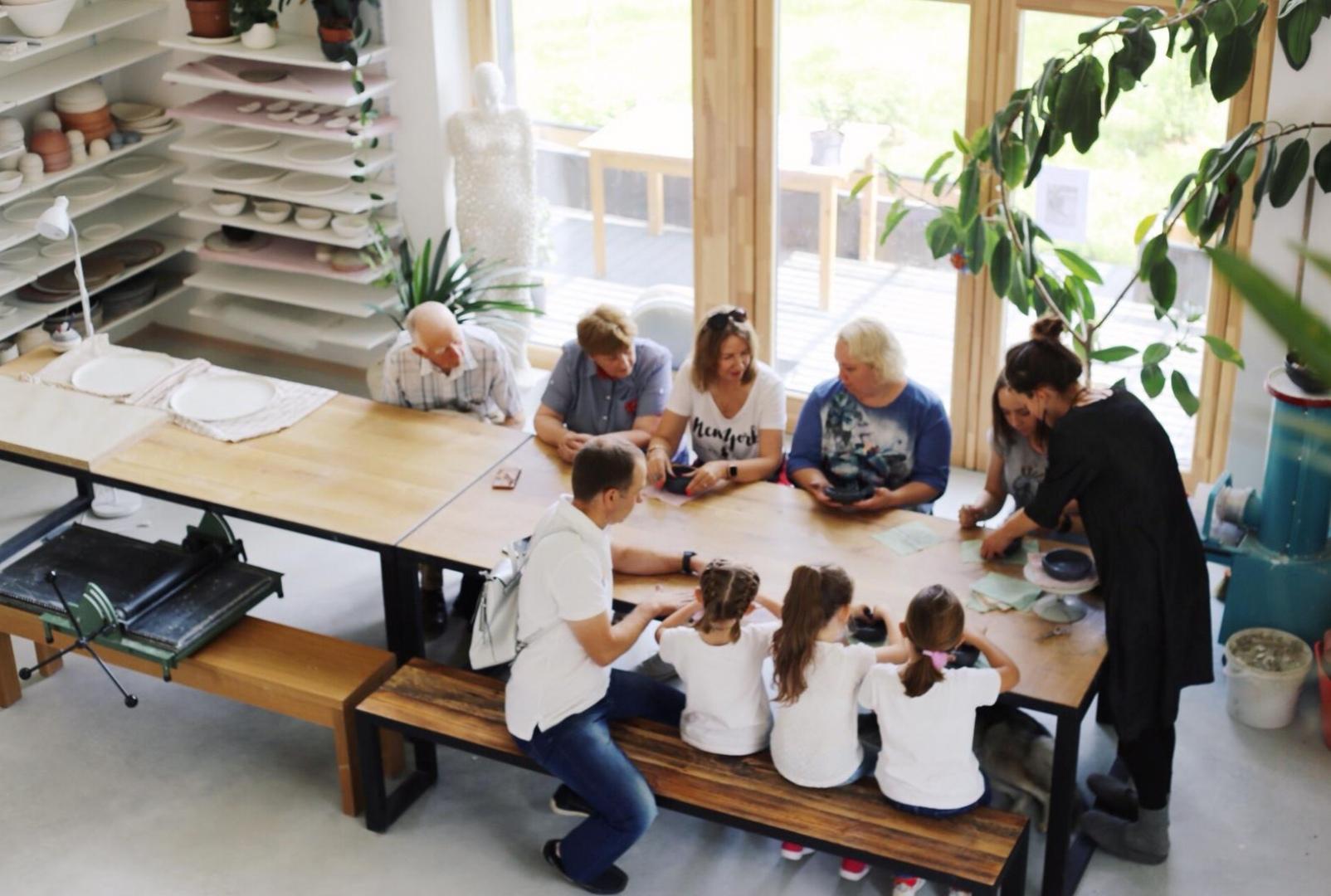Veidošanas nodarbība - Mierīgs un meditatīvs process, kura laikā izveidojam funkcionālu vai figuratīvu darbiņu.Izcili piemērots grupām, jo varam darboties visi kopā.Pielāgosim nodarbības uzdevumu dažādām vecuma grupām un vēlmēm. Parasti nodarbības laikā uzlipinām kādu bļodiņu, sķīvīti, kuru arī dekorējam ar saviem rakstiem vai maniem koka zīmogiem (ar Latviešu simboliem vai Indijas zīmogiem). Darbs paliek darbnīcā 1 mēnesi, kamēr tas tiek noglazēts un apdzedzināts.1-20 cilvēki grupāLaiks: 30min-1stunda (atkarīgs no cilvēku pašu darbošanās ritma)Cena: 10 eur (ja nevēlas darbu paturēt un attiecīgi tālāk apdedzināt, tad cena 8eur)Nodarbību lūdzam pieteikt iepriekš caur FACEBOOK BOOK NOW OPCIJU.