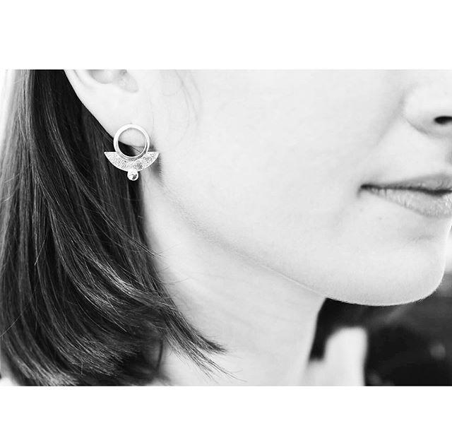 𝒜 𝓁𝒾𝓉𝓉𝓁𝑒 𝒽𝓊𝑔 𝒻𝑜𝓇 𝓎𝑜𝓊𝓇𝓈𝑒𝓁𝒻! — 𝐼 𝓁𝑜𝓋𝑒 𝒽𝑜𝓌 𝓉𝒽𝑒𝓈𝑒 𝒢𝑒𝑜 𝒮𝓉𝓊𝒹𝓈 𝓌/ 𝑀𝑜𝓃𝓉𝒶𝓃𝒶 𝐵𝓁𝓊𝑒 𝒮𝒶𝓅𝓅𝒽𝒾𝓇𝑒𝓈 𝒽𝓊𝑔 𝓎𝑜𝓊𝓇 𝑒𝒶𝓇𝓈!  #handcrafted fine jewelry #handmadefinejewelry #highendjewelry #silverjewelry #elegantjewelry #huggieearrings #capeannma #everydayfinejewellery #everydayearrings
