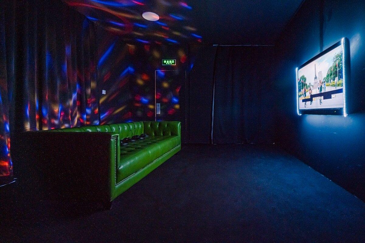 Eisa Jocson, 'Super Woman KTV', 2019, xem triển lãm cài đặt. Hình ảnh lịch sự của Bảo tàng Nghệ thuật Rockbund.