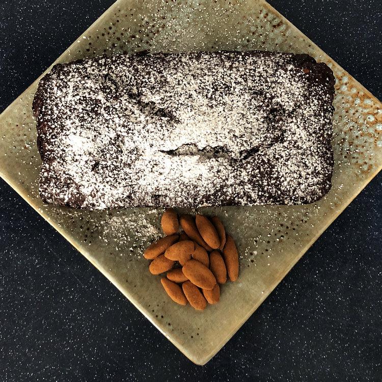 Double gâteau sans Gluten, au chocolat et à la banane avec des noix de Pili au cacao d'Equateur