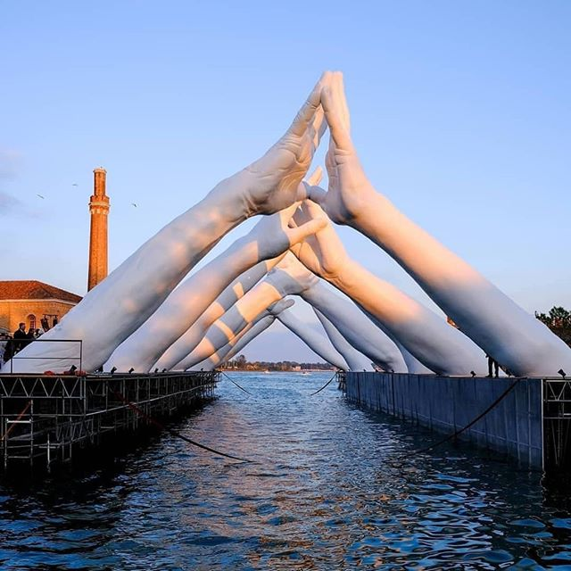 For Venice art biennale, #LorenzoQuinn unveils his latest work entitled 'building bridges' The site-specific sculpture comprises of six pairs of hands joining across the entrance of the arsenale . #FeelDesain #sculpture #architecture #doyoutravel #architecture #architecturelover #lorenzoquinnbuildingbridges #venicebiennale2019 #inspiremyinstagram #BiennaleArte2019 #MayYouLiveInInterestingTimes