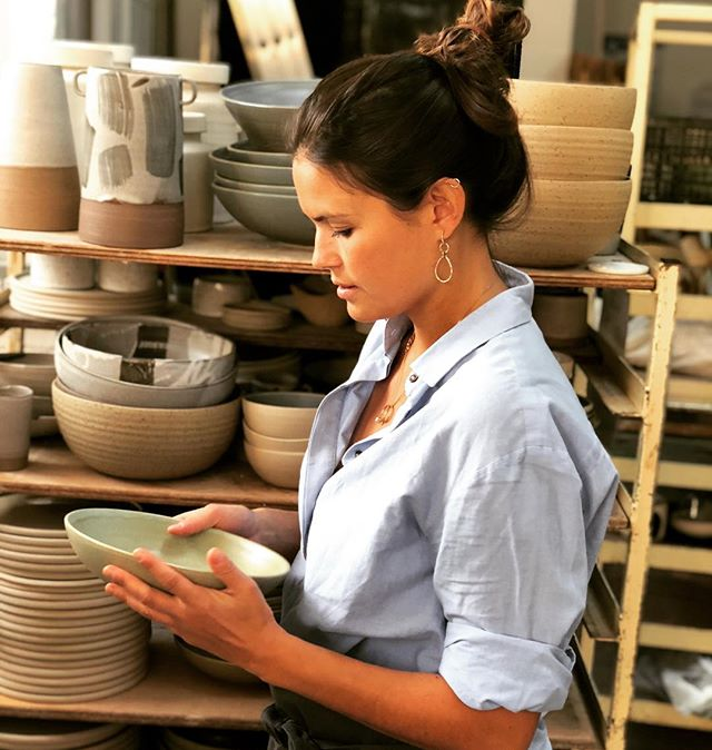 H e l l o  a g a i n . I realised I haven't posted something for a long time now. I always forget to take pictures of my work in progress.. I promise to keep you more up to date with in the future😉 Here a picture of me between pots at @turning.earth . . . #ceramics #pottery #craft #keramiek #contemporarycraft #tafeldecoratie #contemporaryart #interiordesign #interieur #craftmanship #ambacht #handmade #handgemaakt