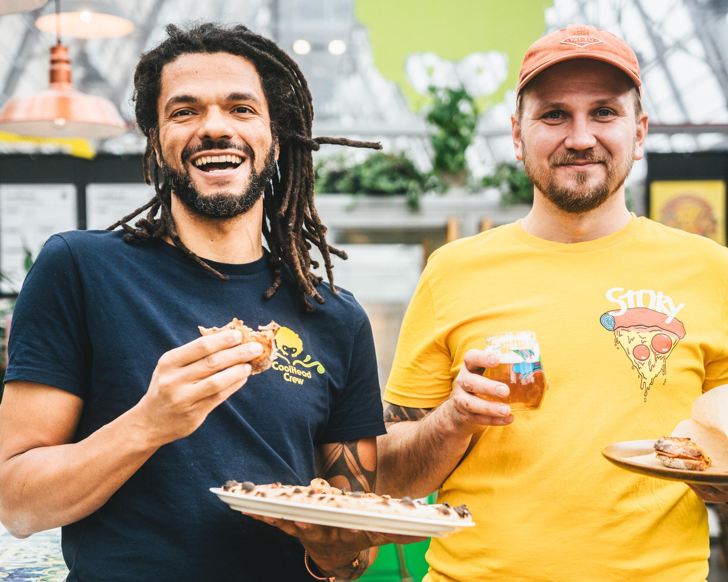CoolHeadin perustaja Cleber Goncalves (vas.) ja Storyn yrittäjä Markus Hurskainen (oik.) ovat yhtä mieltä siitä, että hapanjuuripizza ja hapanolut ovat luotuja toisilleen. Kuva: Joonas Ojala