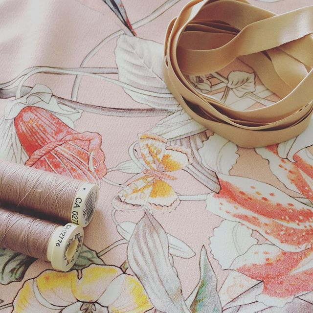 Feeling super girly today 🎀 . . . Oggi lavori in corso, super femminili 🎀 . . . #wip #sewingproject #sewingwip #ddnenuphar #deeranddoe #isew #sewcialists #cucitoitaliano