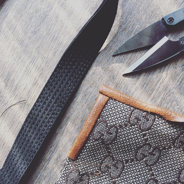 It has been a tough week at work: the highlights are my first time with leather (and leather welt buttonholes 😭) and extreme precision topstitching on bias cut satin... But I'm rather proud of how I handled it and besides, it's officially the weekend now, YAY!!! . . . È stata una settimana dura al lavoro. Il meglio? La mia prima volta con la pelle (e le asole a filetto in pelle 😱) e delle impunture di precisione maniacale sul raso in sbieco. Ma sono contenta di come mi è andata e poi... adesso è ufficialmente il weekend, evviva!  #cucito #cucitoitaliano #isew  #sewing