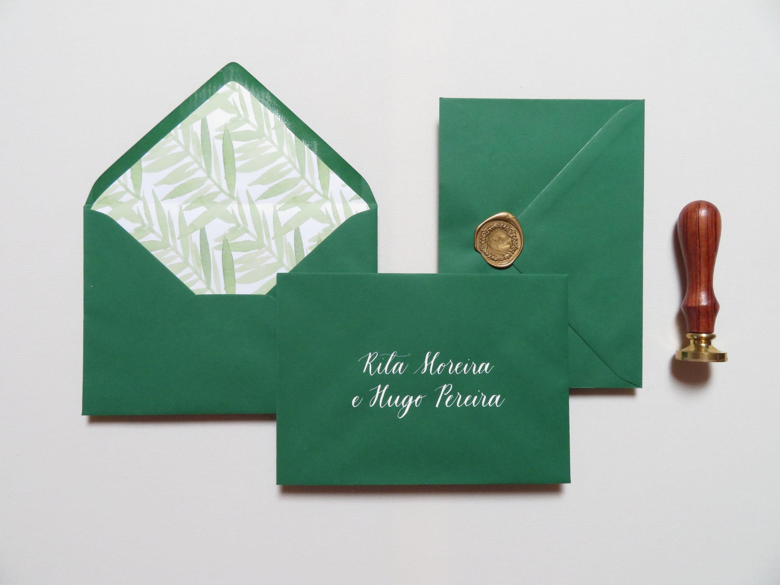 Envelopes - Caligrafia manuscrita pode ser acrescentada em envelopes, marcadores de lugar, números de mesa, menus e outros artigos em papel. Para tal visita a nossa página de Serviços de Caligrafia.