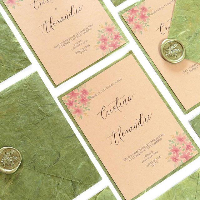 Convite de casamento com ilustração em aguarela e nomes dos noivos escritos à mão em caligrafia moderna.⠀ ⠀ www.storytimecalligraphy.com ⠀