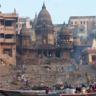 Pyres_at_Varanasi_on_the_Ganges....jpg
