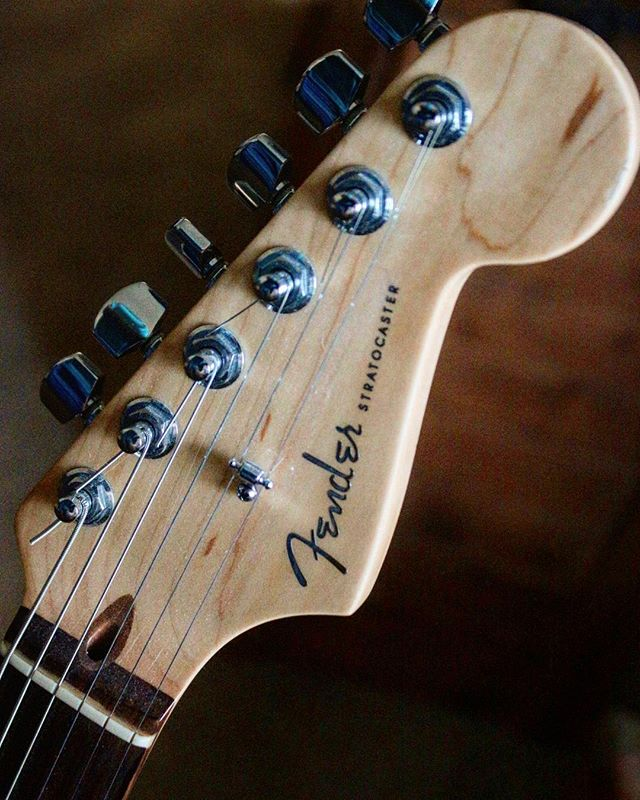 FENDER 🎸 . . . . . . #guitarra #guitarras #fenderjaguar #fender #guitars #guitarhero #guitarist #guitarista #guitarrista #headstock #photooftheday #guitarporn #fenderstratocaster #fenderusa