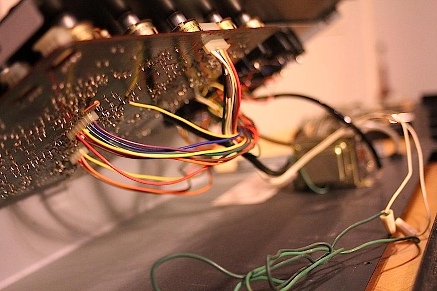04-korg-panels-off-connectors.jpg