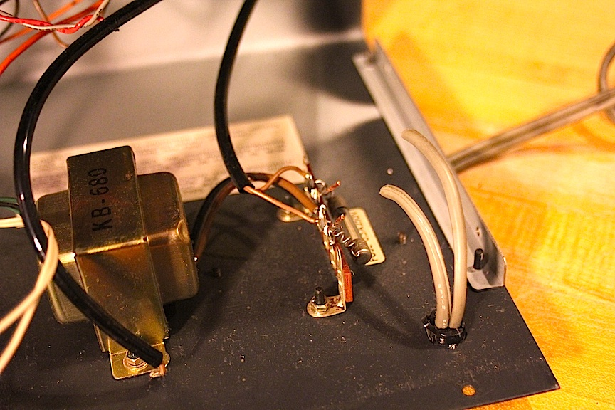 10-korg-power-supply-removing-the-old-power-cable.jpg