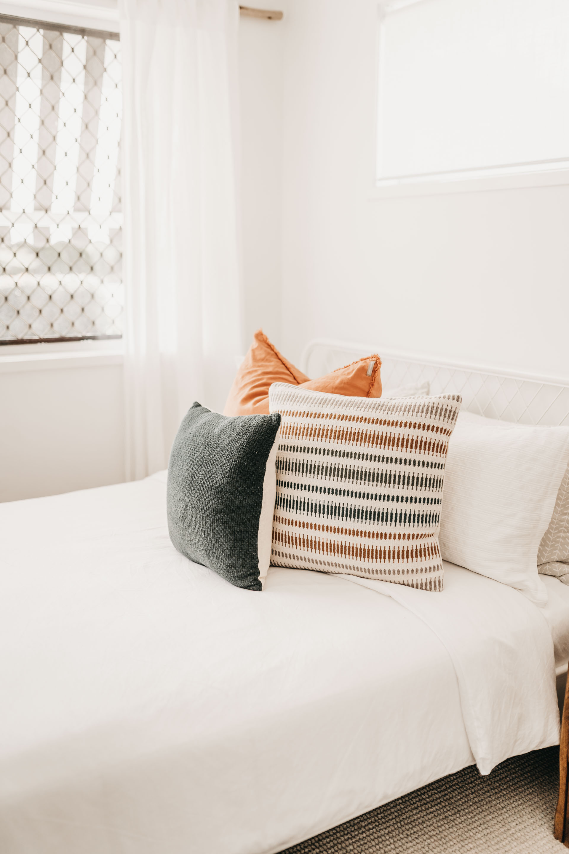 keira-mason-caba-cottage-bedroom-minimalism.jpg