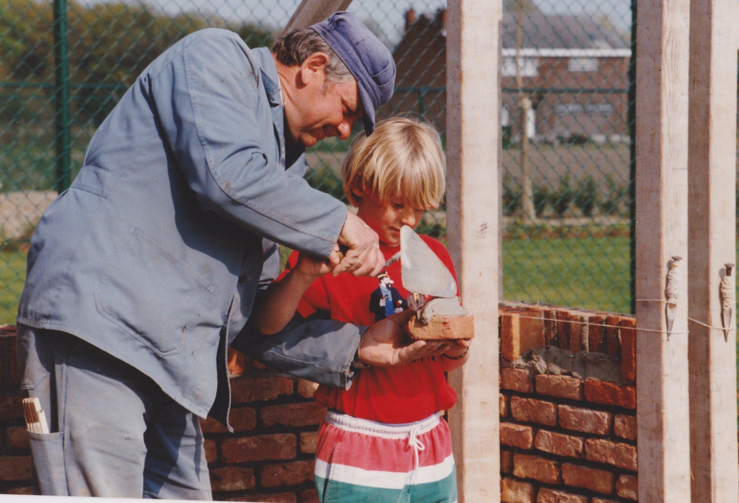 Fons leert zoon Kris de kneepjes van het vak