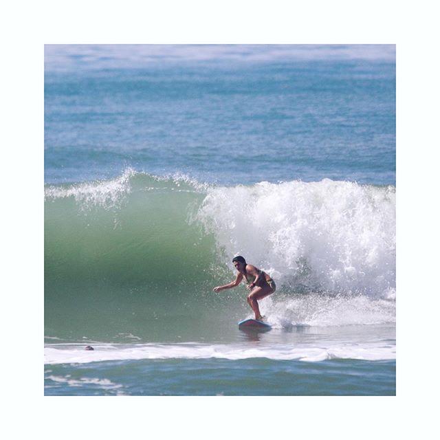 O Girls Surfing Experience Itacaré foi uma surftrip de muita superação para nossas meninas. Pegamos altas ondas todos os dias mas não foi fácil encarar algumas delas. Atenção redobrada da nossa equipe para que tudo corresse bem. E graças a Deus tudo correu perfeitamente! . 🌺 Girls Surfing Experience Itacaré com Suelen Naraisa . 🏄♀ Idealização e surf coach: @suelennaraisa | @girlssurfingexperience . 📝 Produção e organização : @mariannapiccoli | @saltyeyestrips . 📷 Cobertura fotográfica e de vídeo: @mariannapiccoli @leonevesrj | @saltyeyestrips . 📍Itacaré, Brasil | @viladodengo . 🙋♀ @brurabonni | @helenaalves | @natpirro | @laurinhaaguimaraes | @luli_savoi | @cintya_naomi | @vanessa @grekmaria @eimeardol . 👉 Parceiros: @chillstrong_inc | @vitt.oficial | @viladodengo | @_ponchos | @escoladesurfsuelennaraisa | @bythesea | @kanalubrasil | @dafolha.saboaria . #girlssurfingexperience #gseitacare #surftripcomsuelennaraisa #saltyeyestrips #saltytrips #girlssurftrips #girlssurfcamp #staychill #surffeminino #surftrip #surfcamp