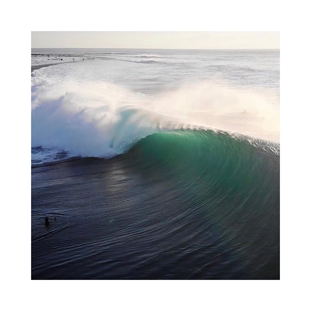 Desert Point do alto. Viemos pegar um swell numa das melhores esquerdas do mundo! E amanhã promete! . Deserts, we missed you! We came to get a swell in one of the best waves in the world. . #desertpoint #droneview #surfindonesia #travelindonesia #emptywave #lombok #indodreams
