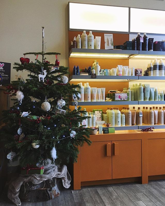 Spreading the Christmas spirit❄️🎁 #avedauk #christmas #chrismastree #snow #december #aveda #avedacolor #avedalove #colours #presents #avedahair #avedasalon #avedanails