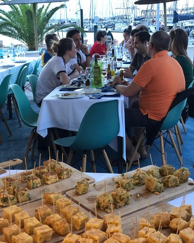 Because we care about our clients, yesterday we organize a prived dinner in a very exclusive venue near to the see. Perfect location for privacy. Calm environment to chill down during dinner and dancing with a mojito for a post dinner party #valencia #valenciavenues #corporateevents #events #valenciacity #labarraquitabeach