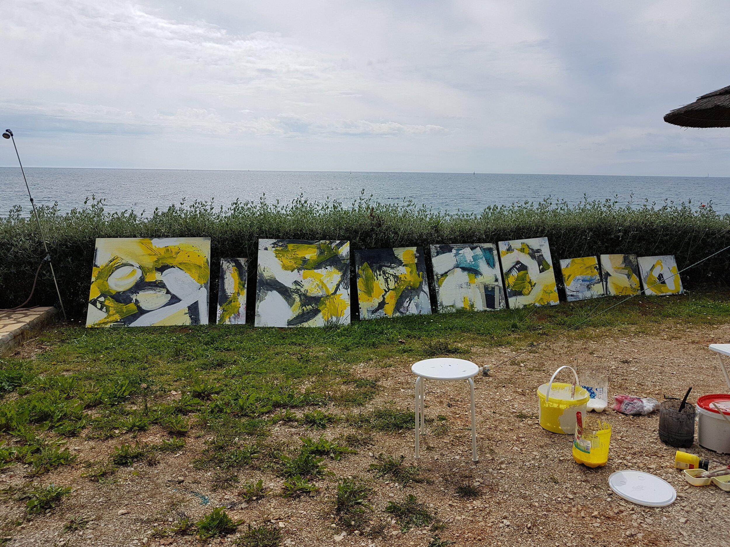 """Malen auf einem Grundstück am Meer. """"Hier entstehen oft ganz besondere Arbeiten"""". Foto: Bangerl"""