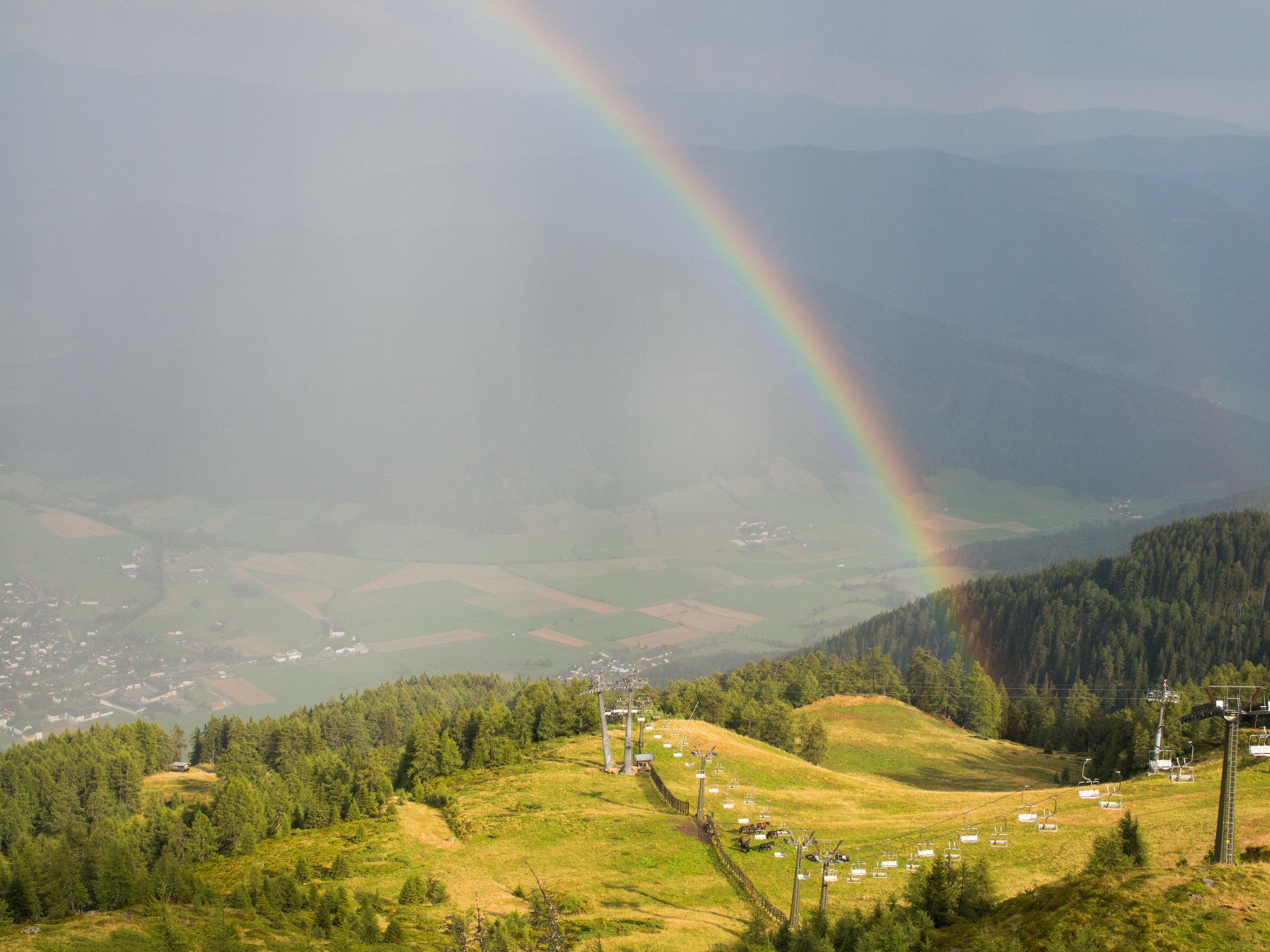 Regenbogen nach dem Hagelsturm - Eine leuchtende Brücke über dem dunklen Tal.
