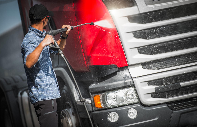 Vask bilen for hånd - Vi har også manuelt vaskeanlegg for deg som ønsker det, med plass til både lastebiler og busser.Åpent 24/7