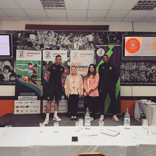 In the words of @_lutonstreetleague '🧡We pledge to promote our universal values of democracy and free speech, Respecting different faiths and cultures whilst celebrating our towns rich diversity.Prior to the Youth Voice Presentations at the stadium today The Major and everyone in attendance signed our pledge wall🧡' #lutontownfootballclub #pledge #luton #knifecrime #youthviolence #bedfordshire